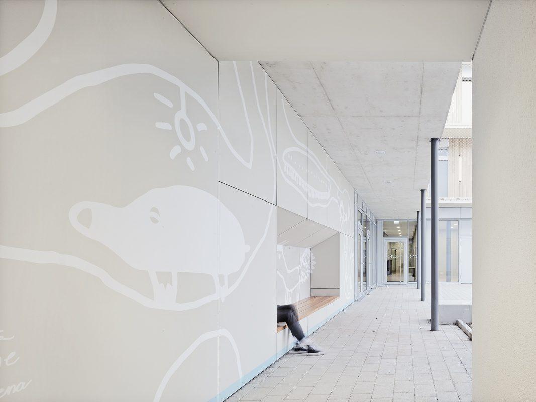 Kinderhaus-Kirchhaldenschule-aussen_Wandgestaltung